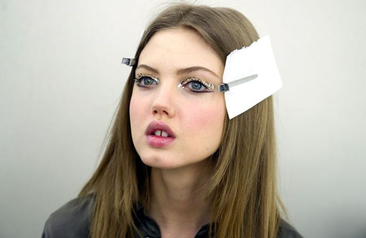"""""""Schönheit ist niemals privat""""  Zahnlücke, Pausbäckchen, Schmollmund –das Model Lindsey Wixson stellt Schönheitsideale erfolgreich infrage, hier im März 2013 bei Chanel."""