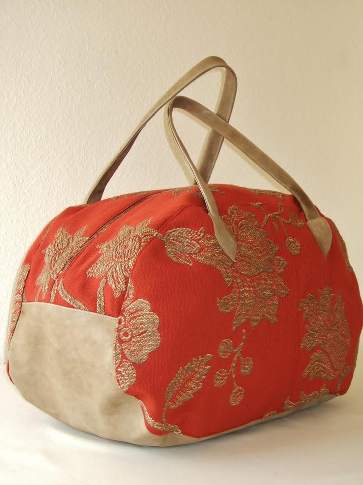 Fiore Rosso      Weiche und leichte Freizeittasche. Die Tasche bietet genügend Platz für alles, was frau für ein Wochenende braucht. Ist aber genauso im Urlaub als geräumige große Handtasche zu tragen. Der blumig gemusterte Stoff wird duch das Leder im Vintagelook zart hervorgehoben.