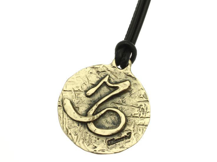 Linea Zodiaco Capricorno: Il Sole si trova nel segno fra il 22 Dicembre e il 20 Gennaio. Saturno è il pianeta dominante, l'elemento è la terra e la qualità è cardinale. Colore: il nero. Pietra Portafortuna: l'onice. Metallo: il piombo. Fiore: il caprifoglio.