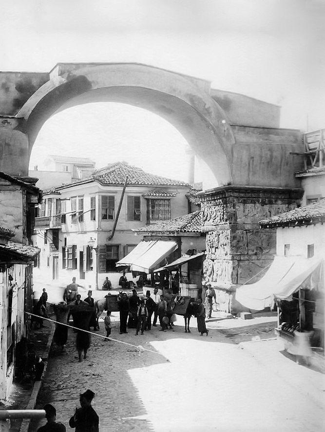 Υπαίθρια αγορά κρεάτων στην Καμάρα στα τέλη του 19ου αι. πηγή: Μουσείο Φωτογραφίας «Χρήστος Καλεμκερής» Δ.Καλαμαριάς