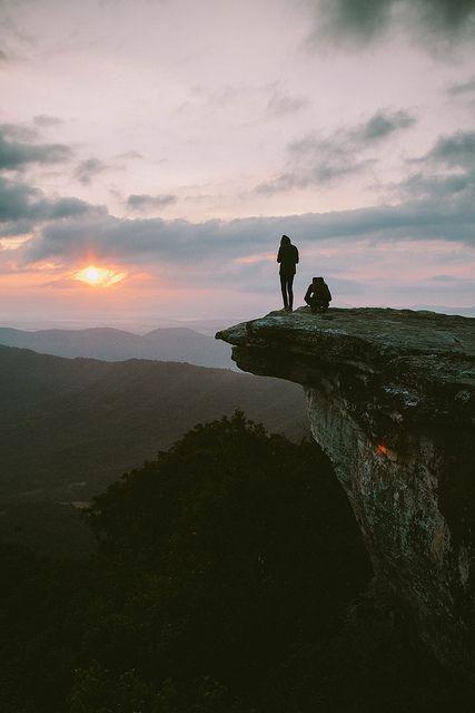 menaiki puncak gunung bersama sambil menikmati matahari akan segera terbit #pasangansehati