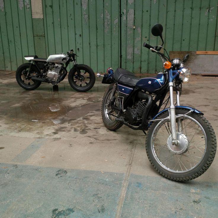 Yamaha DT 250 1975 rok niebieska. Właściciel Robert Osmulski. W tle Yamaha XS 400 przebudowana przez Roberta Osmulskiego pod szyldem Motocultura7.