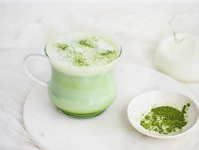 Wie houdt net als wij van Matcha Latte's? Deze versie op de blog (link in bio) is gemaakt met koeienmelk en ik vroeg me af of iemand het ook drinkt met plantaardige melk. Mag ik de beste tip? Overigens een zakje groene thee in warme melk is geen matcha latte... just saying  xxx Paultje #groenethee #warmemelk = #matcha #modelworkout