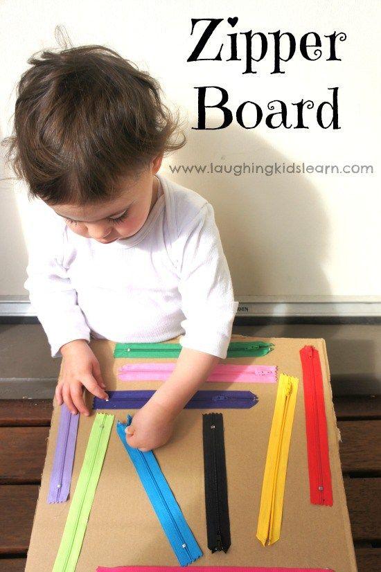 Ein paar bunte Reißverschlüsse auf Karton kleben. Da kann keine Kinderhand widerstehen.