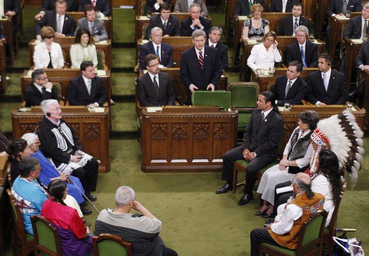 Le premier ministre Stephen Harper présente des excuses officielles pour les abus commis dans les pensionnats autochtones (2008)