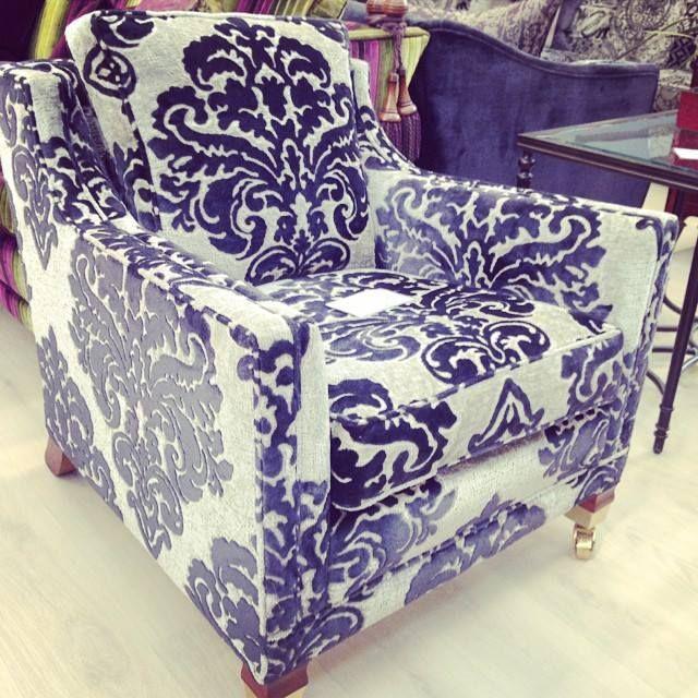 Кресло в обивке с крупным дамасским орнаментом - эффектный акцент для гостиной в спокойных тонах. #richmond #velvet #damask #cosymood #style #east