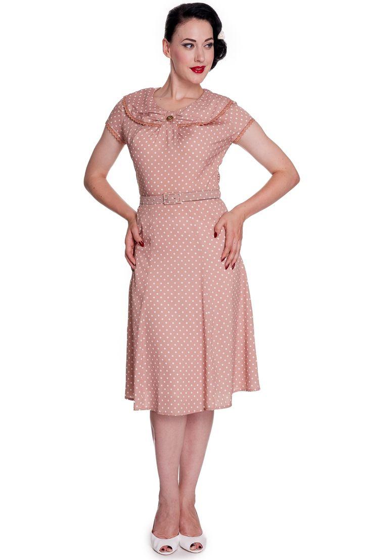 Ingrid: Sød og feminin beige/lyserød kjole med krave og blondekant - det er ofte i detaljen det feminine findes.