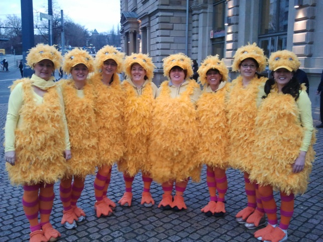 Acht Bibos aus der Sesamstraße treffen sich um Altweiber zu feiern.