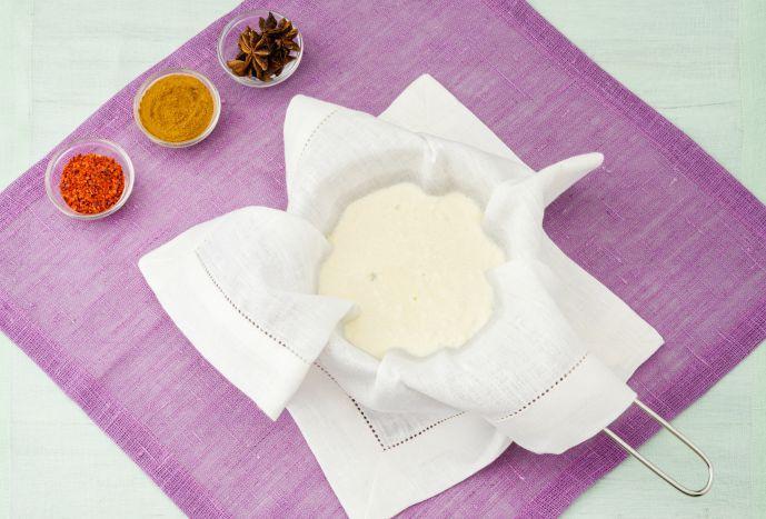 Käse-Liebhaber aufgepasst! Heute zeigen wir Euch, wie man leckeren Paneer Frischkäse selbermachen kann – es geht ganz einfach, versprochen.
