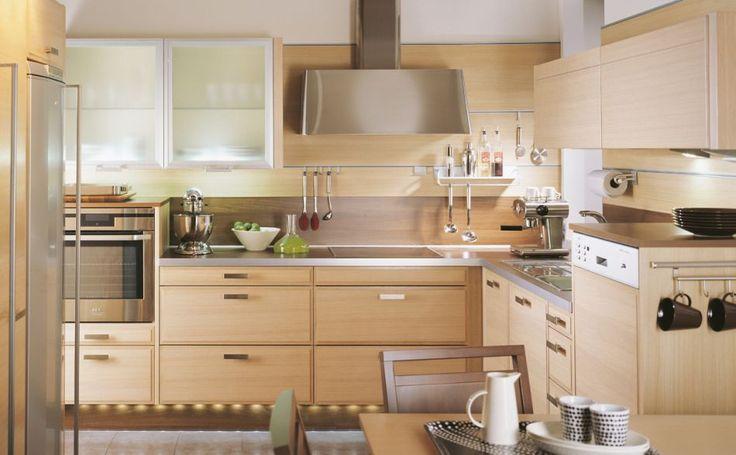 KVALITET OCH SUVERÄNA DETALJER    De ljusa spegelluckorna i horisontellt fanerad ek skapar en elegant skandinavisk atmosfär i detta kök. Väggskåpen har luckor med aluminiumram som öppnas uppåt och stannar precis på önskad höjd.    Produkterna på bilden:    LUCKOR: TP65 Horisontellt ekfanér, LjusEk / TP20INY Horisontellt mönster ekfanér, LjusEk /  TAL20 Aluminiumram, Etsat glas  HANDTAG: ST403-60-032  BÄNKSKIVOR: TKM40 Laminat, WoodmixWenge