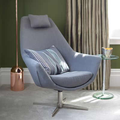 The elegant Pivot swivelling armchair will bring taste to your living room. With its brushed stainless steel swivel base it mixes modernity and comfort.