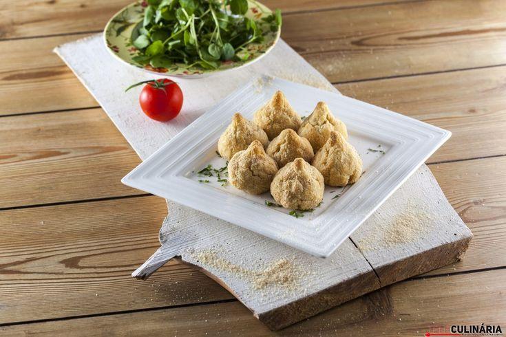 Receita de Coxinhas de frango panadas no forno. Descubra como cozinhar Coxinhas de frango panadas no forno de maneira prática e deliciosa com a Teleculinária!