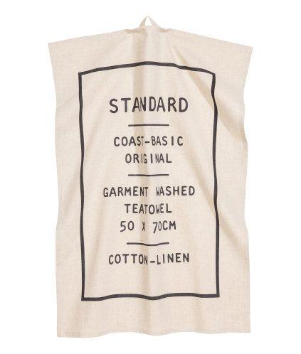 Gebroken wit. Een theedoek van geweven katoen/linnenmix met een tekstprint. Lusje aan één van de korte zijden.