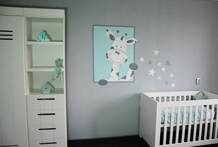 Giraf met sterren muurschildering voor in de babykamer. De sterretjes kunnen ook vervangen worden voor iets anders, zoals bloemen of hartjes. Gemaakt door BIM Muurschildering.