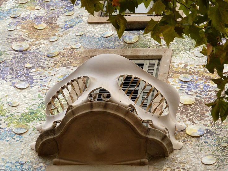 De Middellandse Zeecruise West komt o.a. langs Barcelona waar u een bezichtiging kunt brengen aan Casa Battló, ontworpen door Antoni Gaudí.