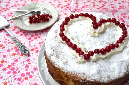 """Nina van Chickslovefood maakte met #Valentijn een #Wolken #citroen #cake met #bessen voor haar man omdat hij dol is op frisse smaken. """"Deze #taart verovert toch alle harten?"""""""