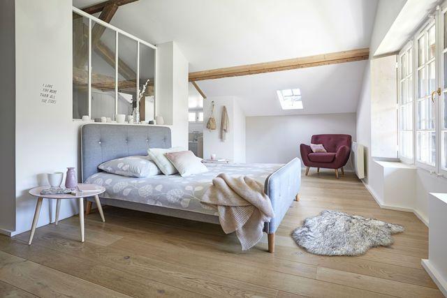 Séparée de la salle de bains par une verrière atelier, la chambre de cette suite parentale fait la part belle au cocooning...