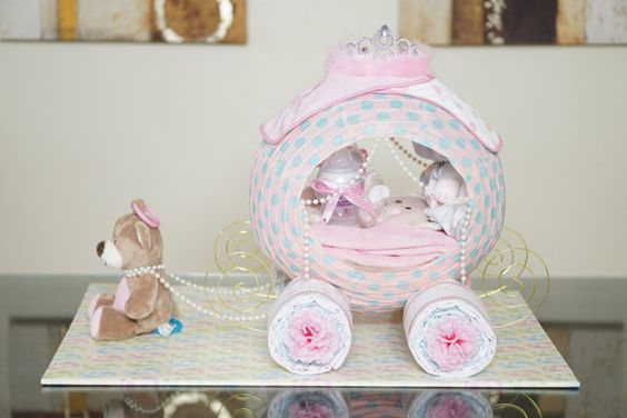 Welkom bij GiftyCreations4You...  Lees alle beschrijvingen zorgvuldig door voordat u een bestelling als dit een aangepaste en niet-restitueerbare stuk is.  BESCHRIJVING / /  Dit is de koningin van alle luier taarten! Dit zal het gesprek van de partij! Dit Cinderella prinses vervoer luier Cake is prachtig! Deze luier cake middelpunt is op bestelling gemaakt. Ideaal voor baby douchegift voor dat speciale babymeisje. Zeker zal u de afgunst van de baby douche partij omdat u de Beste bab...