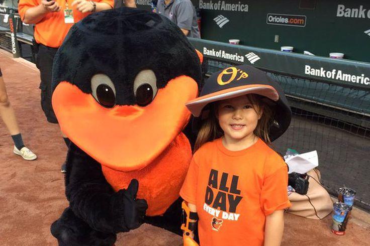Los equipos de grandes ligas son un paso adelante para ayudar a un niño de 7 años de edad chica lograr su primer lanzamiento sueños