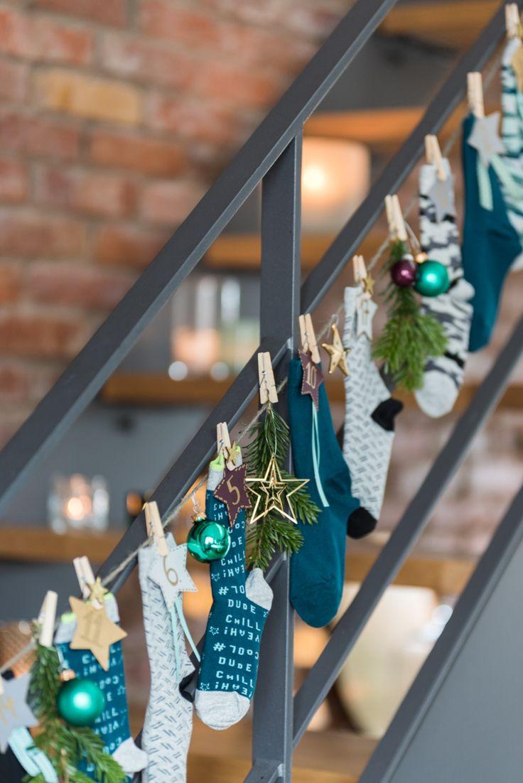 Anleitung für einen selbstgemachten DIY Adventskalender für Kinder aus Socken, der schnell gemacht und praktisch ist als Deko im Advent