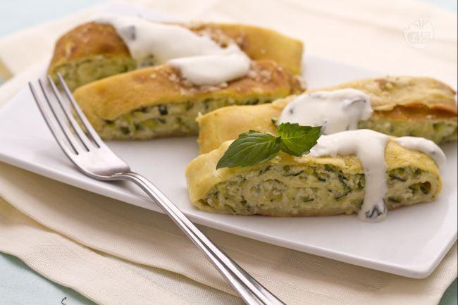 Il rotolo di crespelle con zucchine è un ricco e cremosissimo primo piatto. Le crespelle raccolgono un morbido ripieno di zucchine e Philadelphia.