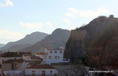 """#Jaén #Cambil - Castillo de Cambil y de Alhabar GPS 37º 40' 44"""" -3º 33' 47"""" / 37.678889, -3.563056  Los peñones de los castillos de Cambil en el margen derecha del río, y de Alhabar, en la opuesta, delinean una vibrante escenografía. Poca huella queda de la obra defensiva nazarí en estos baluartes naturales."""