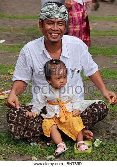 indonesia-bali-galungan-festival-religious-ceremony-father-and-daughter-bnt85d.jpg (381×540)