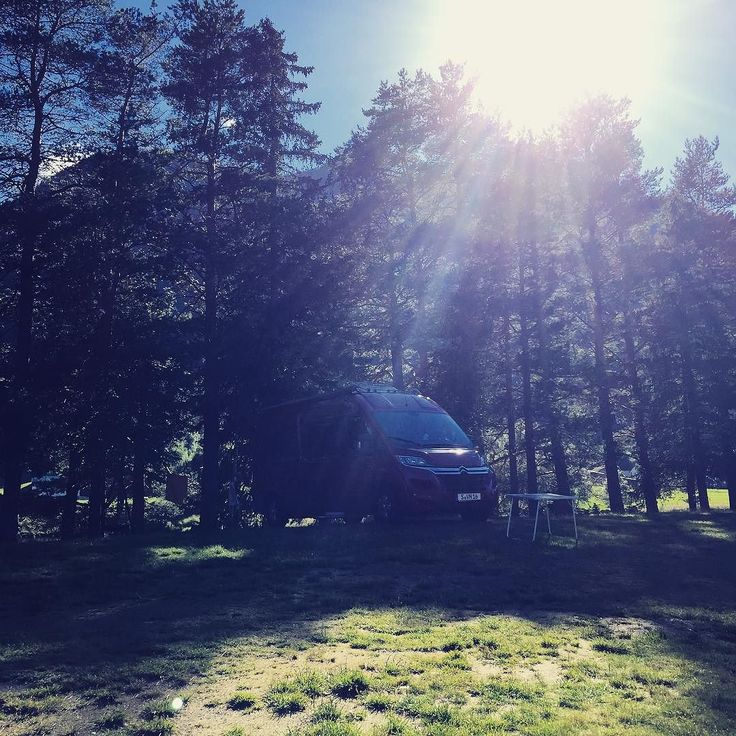 Nice spot next to the River. We had pasta and wine and now we're up for a little work session in the sun. We like the Vannomaden lifestyle so far. #vanlife #Vannomaden #digitalnomads #workandtravel #discovernorway #setesdal #nature #grizzlybjørn #sun #trees #lake #instatravel #ontheroad