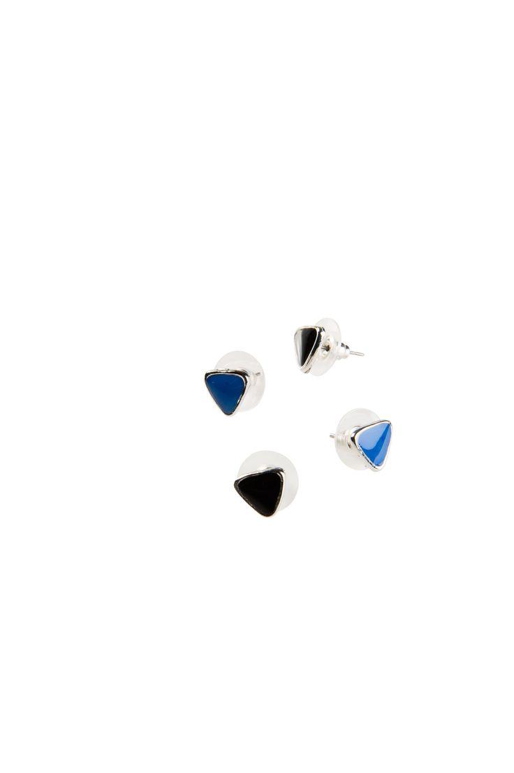 Korvakorusetissä kaksi paria kolmion mallisia korvakoruja. Korvakorujen reunat hopeanväriset.