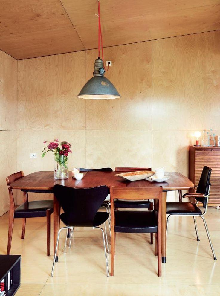 GJENBRUK: Et røft, industrielt uttrykk fra 1960-tallet er et gjennomgangstema både utvendig og innvendig. Lampen over spisebordet er egentlig en utelampe som Andreas fant i en container på Bislett. Kledningen på gulv, tak og vegger er lakkerte kryssfinerplater.