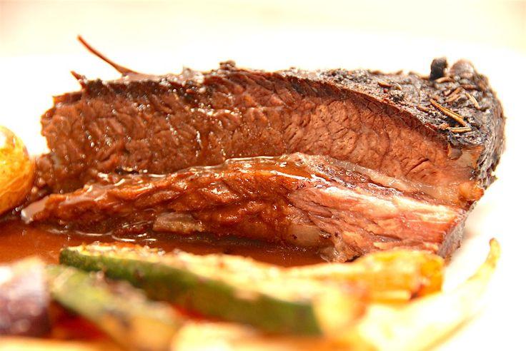 Langtidsstegt og braiseret oksespidsbryst er noget af det mest møre kød, som du overhovedet kan tilberede. Foto: Guffeliguf.dk.
