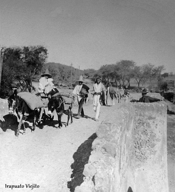 Gente campesina en camino en Irapuato Guanajuato , Mexico en 1905