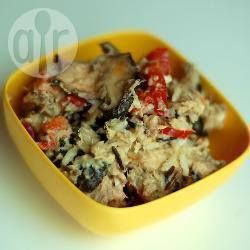 Фото рецепта: Салат из консервированного лосося с рисом и сладким перцем