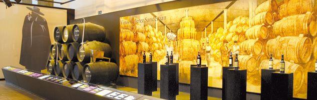 """El vino andaluz - En el Marco de Jerez se da cita el Museo del Vino """"Misterio de Jerez"""",  documentales y fotográficos que complementa con impactantes efectos audiovisuales. A él se unen el Museo Barbadillo de la Manzanilla de Sanlúcar, el singular Museo de Etiquetas de Vino de Bodegas Garvey de Jerez, la Pinacoteca de la jerezana Bodegas Tradición (con la colección Joaquín Rivero de pintura española) y los museos de las bodegas Sandeman, Harveys o Real Tesoro y Valdespino,"""
