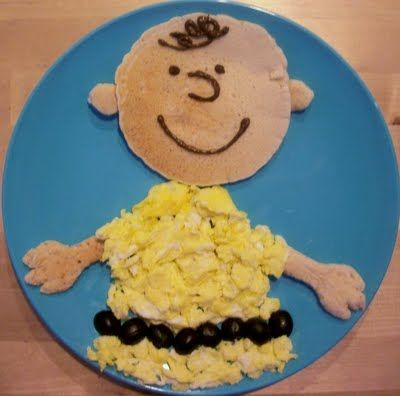 Cute Charlie Brown breakfast idea, featuring three things my boys love: eggs, pancakes and grapes! (Too bad I don't think they know who Charlie Brown is yet...)