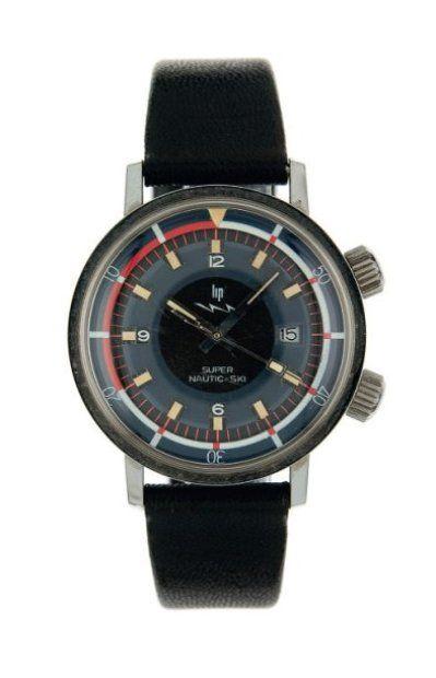 LIP NAUTIC-SKI. Vers 1968 Montre bracelet de plongée en acier, boîtier rond, fond vissé. Cadran deux tons bleu et noir, lunette tournante intérieur. Dateur à 3 heures. Mouvement électronique. Diam. : 36 mm