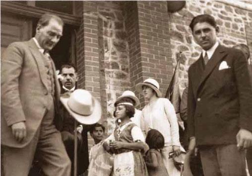 Atatürk'ümüzün pek bilinmeyen karelerini arşivimizden sizlerin de görebilmesi için paylaşmaya devam ediyoruz.RT ltfn