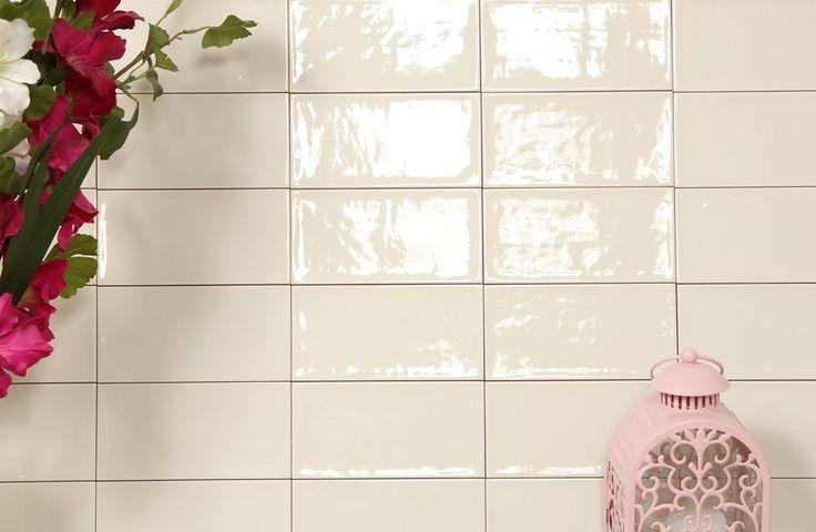 Kakel Etnia Marfil är en gräddvit, blank kakel i rustik stil från spanska Vives. Används till väggar inomhus. Kan kombineras med övriga kakel i samma serie.