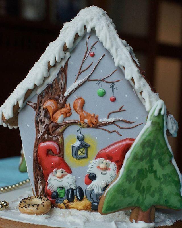Gingerbread house decorated cookie, so beautiful   Задняя сторона пряничного домика.
