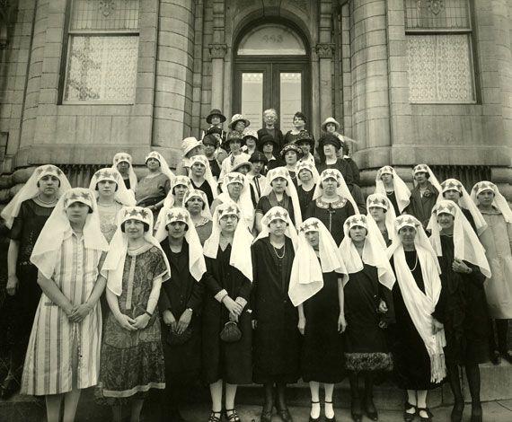 «Quêteuses» d'une campagne de financement du Denier national.Juin 1925. BAnQ, Centre d'archives de Montréal,Fonds Fédération nationale Saint-Jean-Baptiste,P120