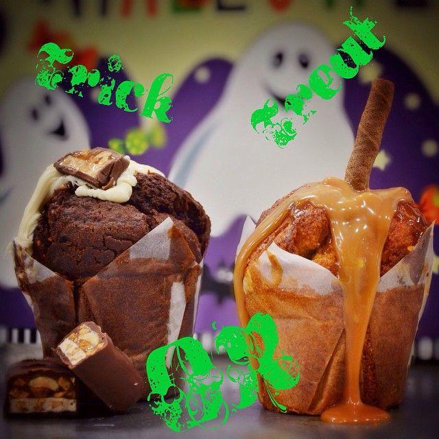 Trick Or Treat!  Ποιο ειναι το αγαπημένο σου muffin για να γιορτάσεις ανήμερα του Halloween?  Trick: Σοκολατένιο κέικ Snickers espresso γεμιστό με πραλίνα βουτύρου.  Treat: Κέικ βανίλιας με μπισκότα Μiranda γεμιστό με σάλτσα καραμέλας βουτυρου & Caprice.