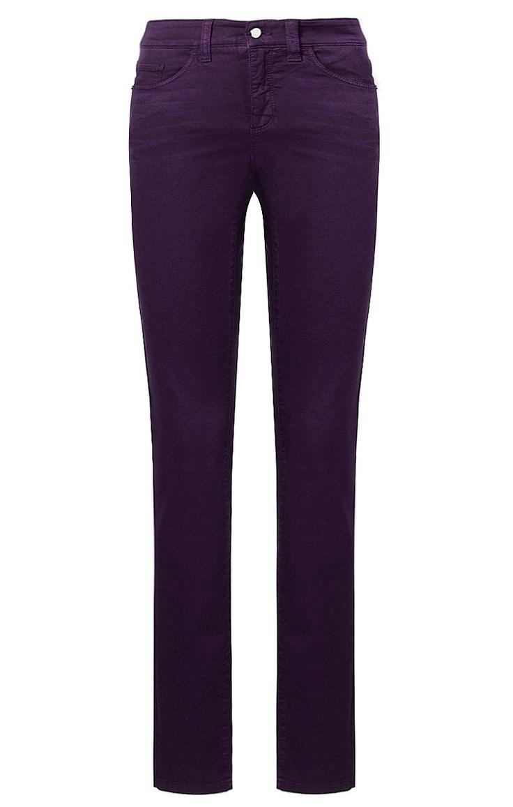 Figurbetont geschnittene Damen-Jeans in Lila von Cambio. Im 5-Pocket-Stil, mit schmal zulaufendem Bein, aufgesetzten Gesäßtaschen, seitlichen Eingriffstaschen und kleiner Münztasche, aus Baumwolle und Elasthan gefertigt.