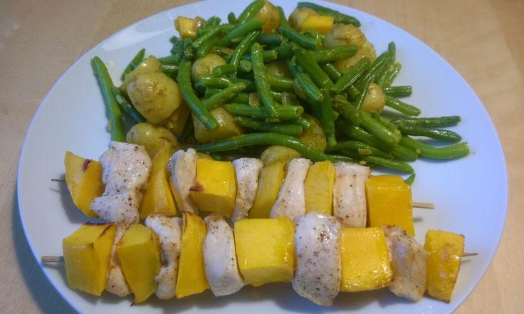 Kip-mangospiesen met sperziebonen en krieltjes, grotendeels bereidt in de Airfryer - Recept: http://www.airfryerweb.nl/recepten/kip-mangospiesen-met-sperziebonen-en-krieltjes/