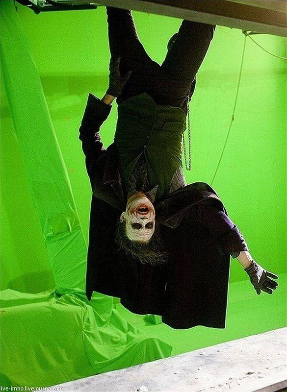 «Темный рыцарь» Хит Леджер готовится к последней сцене фильма, когда Джокер свисал с небоскреба