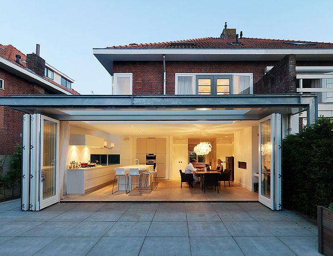 Uitbouw met geïntegreerd zonnescherm en kozijn met vouwdeuren