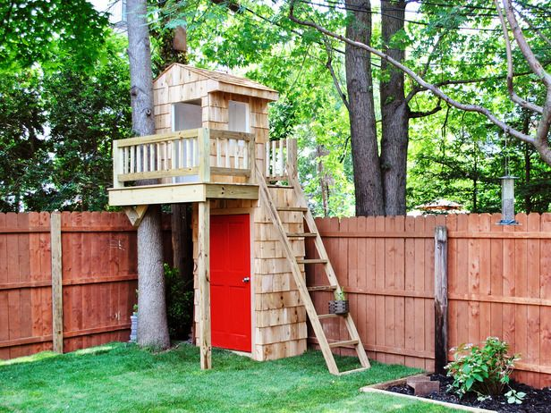 Pequeños espacios. Mini casa de àrbol. Small yard? This mini tree house tops a tool shed.