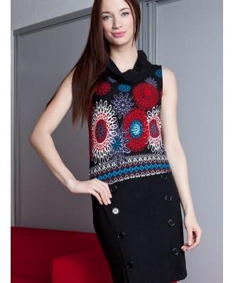 Rewelacyjna sukienka doskonała na każdy dzień. Przepiękny motyw kwiatowy dodaje jej uroku. Dół sukienki zdobiony guzikami.