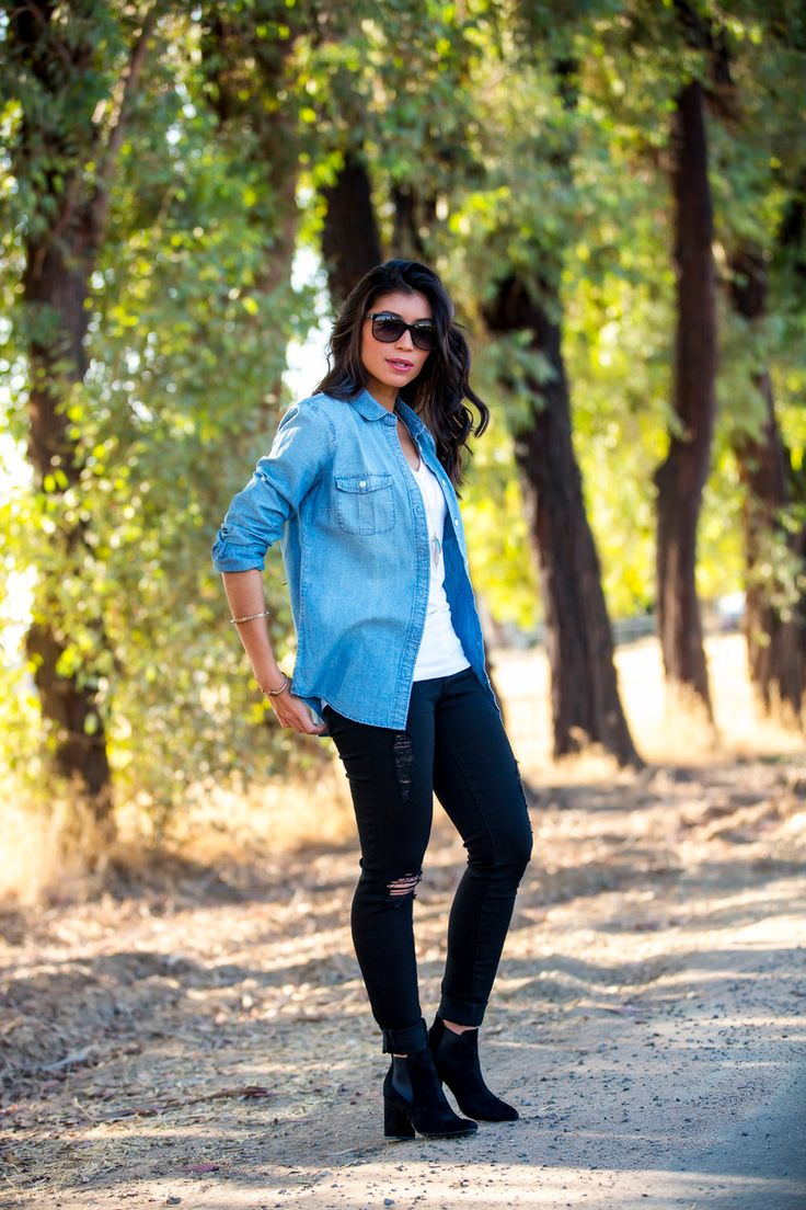 how to wear a chambray shirt - I love this denim shirt outfit! Perfect for fall and I love the extra outfit ideas for fall!
