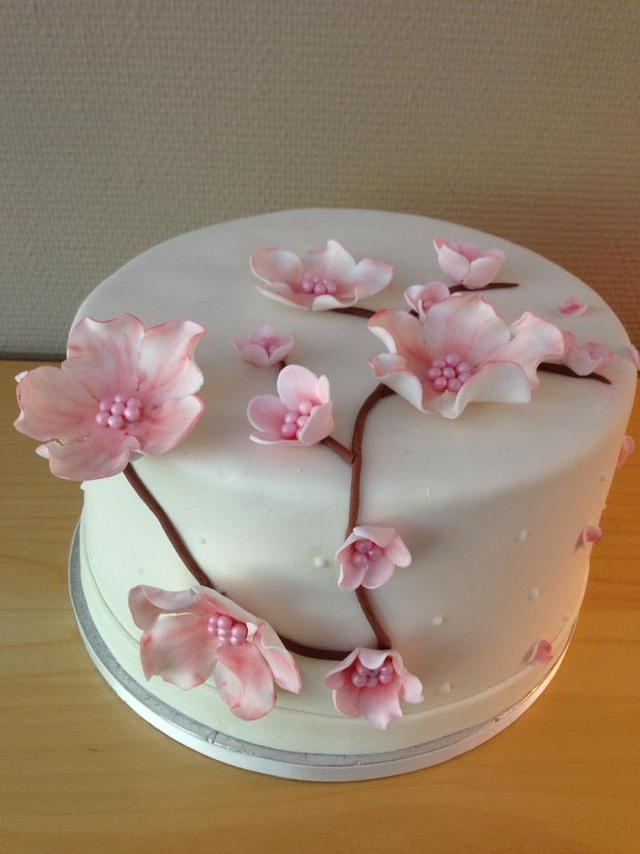Witte taart met Marsfond met fondant/gumpaste bloemen. Gevuld met botercreme en heerlijke eigengemaakt jam.
