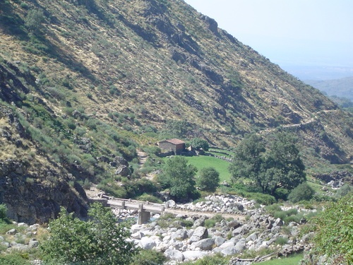 """El paisaje que rodea al Guijo de Santa Bárbara es una delicia. Nadie piensa en Extremadura cuando ve estas fotos y sin embargo es la foto típica en la comarca de la Vera. Este es el camino que nos lleva desde el pueblo al charco del Trabuquete y más allá, al Valle del Jerte. El puente se conoce como """"De Tocinos""""."""